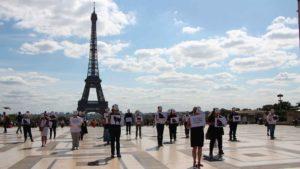 Happening chats des rues devant la Tour Eiffel
